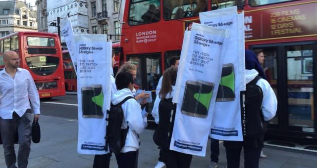 Zoufalý Samsung zkouší prodat svoje telefony lidem ve frontě na nový iPhone