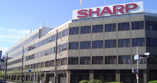 Továrny na LCD firmy Sharp, do kterých investoval Apple, chce koupit Foxconn