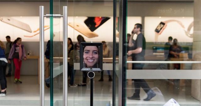 Zákaznice poslala do fronty na iPhone 6s místo sebe robota