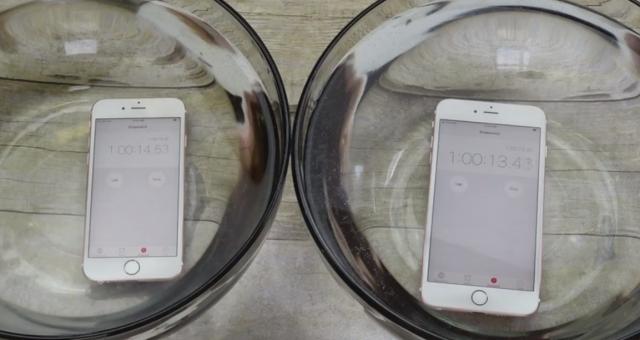Nový iPhone vydržel hodinu pod vodou