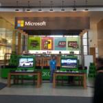 Porovnání prázdných Microsoft Store a rušných Apple Store