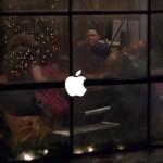 Stevie Wonder a Andra Daye zpívají v nové vánoční reklamě Applu