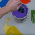 VIDEO: Blázen namáčí iPhony do barvy