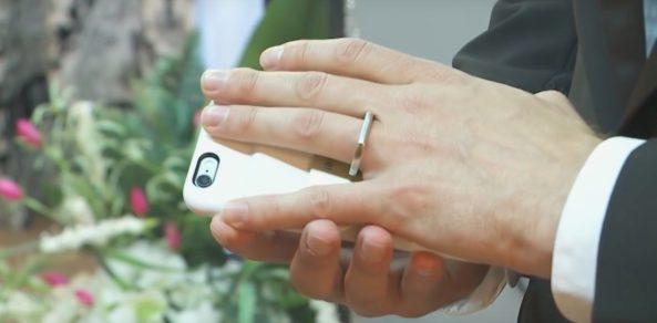 Muž se oženil s iPhonem. Vážně