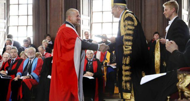 Hlavní designér Applu obdržel od Cambridgeské univerzity čestný titul