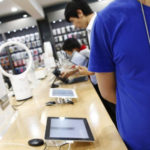 Zloději přestrojení za zaměstnance ukradli iPhony za téměř 1,6 milionu korun