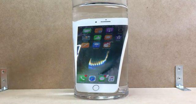 Test voděodolnosti iPhone 7: Telefon se vykoupal v kafi a přežil