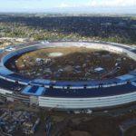 Nejnovější video Apple Campus 2 pořízené dronem ukazuje dokončené budovy se solárními panely, terénní úpravy a hlavní atrium