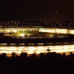 Podívejte se na nejnovější noční klip Apple Parku pořízený dronem