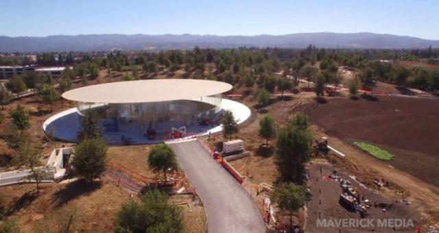 Nejnovější video přeletu nad Apple Parkem zobrazuje novou vydlážděnou cestu do Steve Jobs Theater