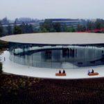 Nejnovější video přeletu nad Apple Parkem zobrazuje již hotový Steve Jobs Theater