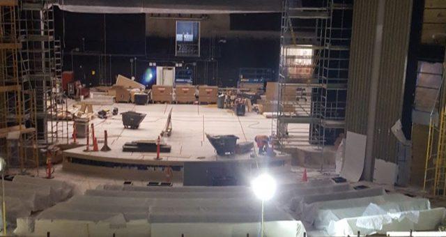 Pohled do podzemních prostor divadla Steva Jobse před událostí Apple iPhone 8