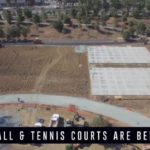 Na nejnovějších záběrech z dronu můžeme vidět venkovní výstavbu prostorů pro tenisové a basketballové kurty