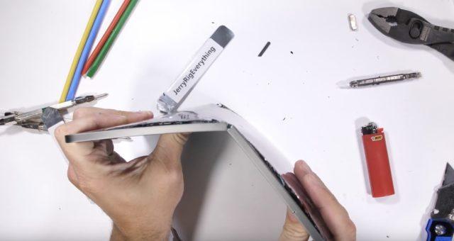 Test odolnosti ukazuje, že nový iPad Pro se dá ohnout i s vynaložením poměrně malé síly