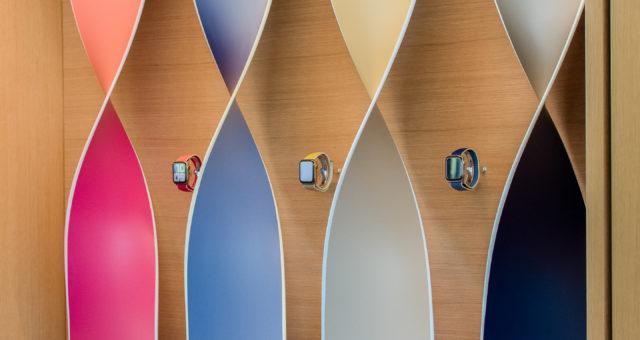 Apple Watch Series 5 jsou nově vystaveny v ohromujících jedinečných expozicích v návštěvnickém centru Apple Park