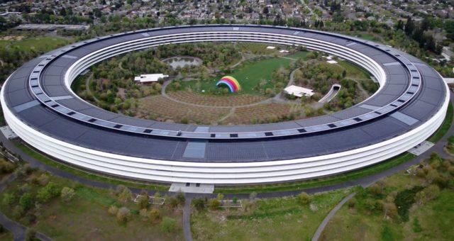 Nejnovější záběry pořízené dronem ukazují téměř opuštěný kampus