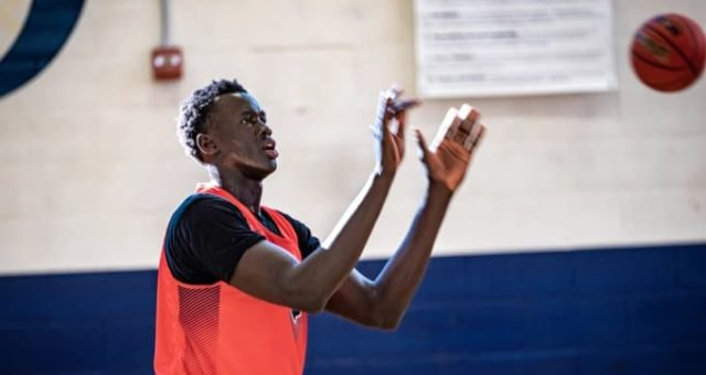 """Dokuseriál """"Big Man on Campus"""" o basketbalové hvězdě Makur Maker míří na Apple TV+"""