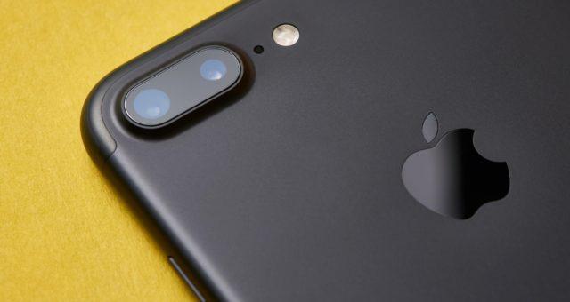 Fotoaparát v iOS 15 automaticky odstraňuje z fotografií nežádoucí odlesky objektivu